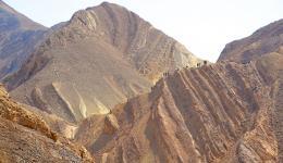 שכבות סלעים שעברו קימוט ושבירה ליד אילת