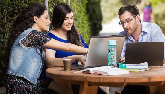 המיקום הכי מבוקש לקבוצות לימוד – השולחן מחוץ לבניין שרייבר